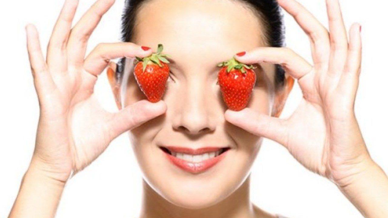 Đắp dâu tây cũng là một phương pháp chăm sóc đôi mắt hiệu quả